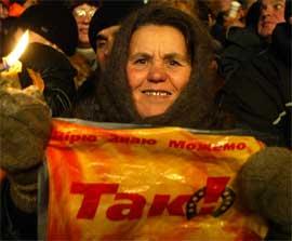 """KIEV: Opposisjonen har samlet seg under slagordet """"JA!"""", og setter sin lit til at Høyesterett skal støtte dem. (Foto: AFP PHOTO/GALI TIBBON)"""