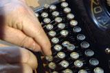 Mekanisk skrivemaskin måtte ha de mest brukte bokstavene plassert langt fra hverandre. Foto: NRK.
