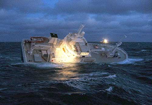 Den russiske linebåten Malakith før den sank i storm sørvest for Bjørnøya. (Foto: KV Malene Østervold, Forsvaret / SCANPIX)