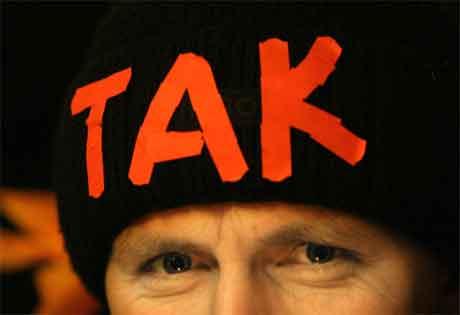 Tak (ja) står det på lua til denne Jusjtsjenko-tilhengjaren i Kiev. (Foto: AFP/Scanpix)