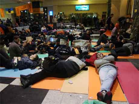 Ein flokk Jusjtsjenko-tilhengjarar slappar av på ein jernbanestasjon i Kiev sentrum. (Foto: Reuters/Scanpix)