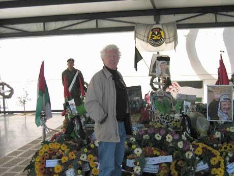 NRKs Midtøsten-korrespondent Odd Karsten Tveit foran Yasir Arafats grav i Ramallah. (Foto: NRK)