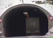 Et vogntog på vei gjennom en tunnel på Haukelifjell. (Foto: Kurt Inge Dale, NRK)