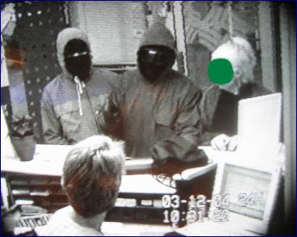 De to ranerne tildekte foran skranken og kunden til høyre. Foto: Bankens overvåkingskamera