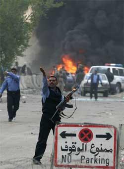 En irakisk politimann ved den grønne sonen der selvmordsbomberen slo til i dag. (Foto: Scanpix / AFP)