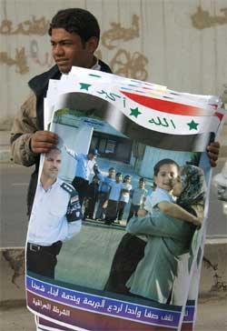 En irakisk gutt holder plakater som irakiske politimyndigheter distribuerer i Bagdad. (Foto: Scanpix / AFP / Tauseef Mustafa