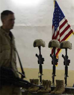 Minneseremoni for tre falne amerikanske soldater i Irak i går. (Foto: Scanpix / AFP / Ahmad Al-Rubaye)