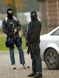 Maskert og bevæpnet politi utenfor rettslokalet i Karlsruhe. Foto: Thomas Kienzle, AP