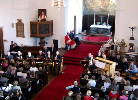 Det var en fullsatt Gjerpen kirke under gjenåpningen søndag. (Foto: NRK)