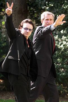 Bono bruker sine kontakter med politiske topper som George W. Bush for å bekjempe fattigdommen i verden. Foto: Ron Edmonds, AP Photo.