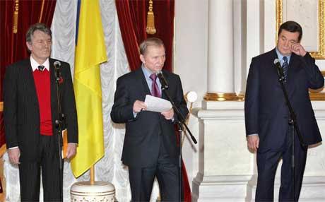 Opposisjonens kandidat Viktor Justsjenko, president Leonid Kutsjma og statsminister Viktor Janukovitsj (Foto:Reuters/Gleb Garanich)