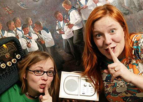 Vær stille som mus: Kristine Magnesen t v og Vera Micaelsen vil ha hjelp til å lage Barnetimeboka 2005. (Foto: NRK/Ole Kaland)