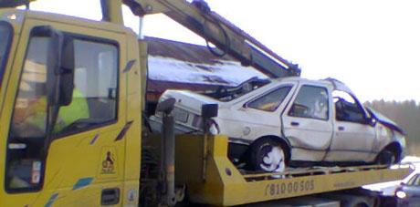 Den påkjørte bilen skal ha blitt dratt med toget et langt stykke bortover skinnegangen.(Foto:NRK)