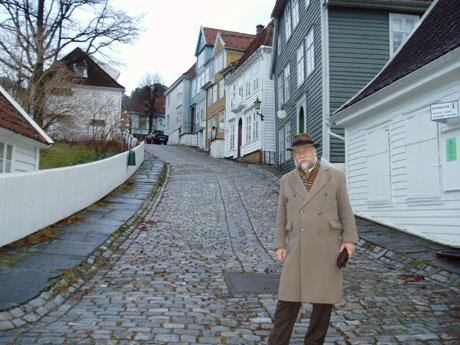 Museumsdirektør Tryggve Fett viser gjerne frem Gamle Bergen i desember. Foto: Kjell Jensen/NRK