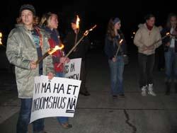 Rundt 30 demonstranter prøvde å påvirke polikerne på Nøtterøy onsdag kveld. Foto: Olav Døvik, NRK.