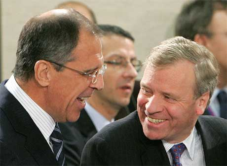 Russlands utenriksminister Sergei Lavrov i samtale med NATOS generalsekretær Jaap de Hoop Scheffer.(Foto:Reuters/Thierry Roge.)