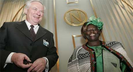 I FESTHUMØR: Fredsprisvinner Wangari Muta Maathai og Nobelinstituttets direktør Geir Lundestad går en travel dag i møte. (Foto: Scanpix)