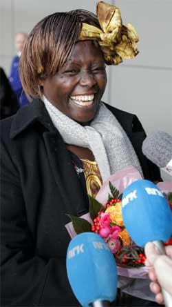Wangari Maathai møtte pressen med et stort smil da hun landet på Gardermoen onsdag. (Foto: Scanpix)