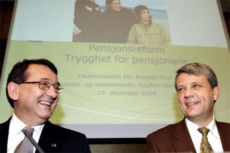 Finansminister Per-Kristian Foss og arbeids- og sosialminister Dagfinn Høybråten presenterte Regjeringens stortingsmelding om pensjonsreform i dag. (Foto: Cornelius Poppe/Scanpix)
