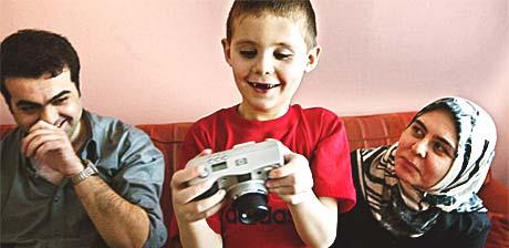 Utfallet av den såkalte Mehmet-saken har ført til at flere par får sykdomstestet egg. Her er Mehmet sammen med far Salim Yildiz og mor Aynur Yildiz. (Arkivfoto: Scanpix)
