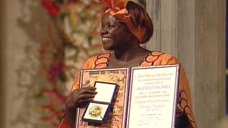 Wangari Muta Maathai strålte da hun mottok gullmedalje og diplom i Oslo rådhus. (Foto: NRK)
