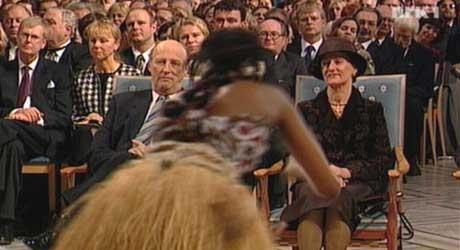 Kongeparet fikk oppleve afrikanske rytmer i rådhuset. (Foto: NRK)