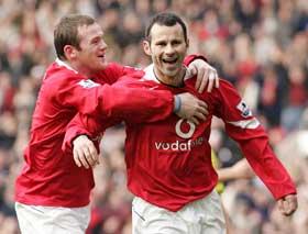 Wayne Rooney hjelper United-fansen med å holde Ryan Giggs fast i Manchester. (Foto: REUTERS / SCANPIX)