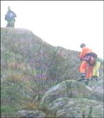 Letemannskap fra Agder alpine redningsgruppe søker i fjellsidene på øya.