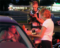 Henry prøver Drive-in food i USA. Foto: NRK.