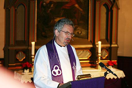 Prost Birger Foseide fører tradisjonen med radiogudstjeneste videre og har over 400 000 med seg ved radioapparatene landet rundt når han står på prekestolen i Orkdal kirke. (Foto: NRK/Jon-Annar Fordal)