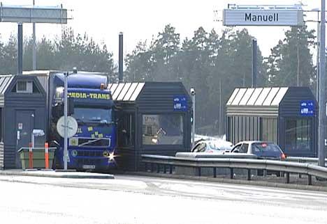 Bomstasjonen på E6 har den manuelle filen til venstre, noe som kan være forvirrende for sjåfører som ikke er lokalkjent. ( Arkivfoto: NRK )