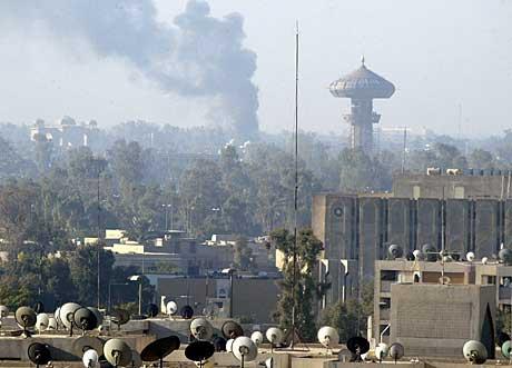 Bagdad 13. desember 2004: Røyk fra bombeeksplosjonen like utenfor den grønne sonen. Foto: AFP.
