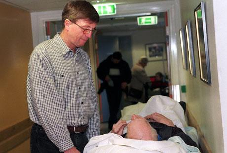 Legevaktsjef Jan Henrik Pederstad sammen med en pasient. Foto: Heiko Junge/ Scanpix
