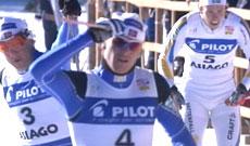 Jens Arne Svartedal kan strekke armen etter at han går går først over målstreken. (Foto: NRK)