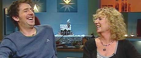 På Frokost-TV i dag: Odd Nordstoga fikk årets Prøysen-pris og Teskjekjerring-prisen gikk til Gudny Hagen, som står bak fortellingene om Blånissene. Foto: NRK.