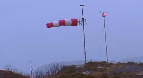 Sterk vind ved Florø lufthamn i dag. Foto Svein Ove Hansli.