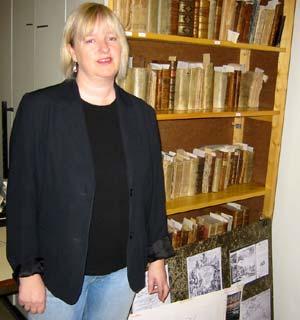 Bibliotekar Liv Bjellastuen foran den verdifulle boksamlingen. (Foto: Ola Bjørlo Strande/NRK)
