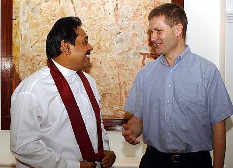 Erik Solheim under eit tidlegare møte med Sri Lankas president Mahinda Rajapakse. (AFP/Scanpix-foto)
