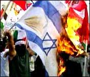 Palestinerne i Hebron brenner israelske og amerikanske flagg i protest (foto: Aptn).