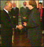Leonard Rickhard mottar prisen av Kong Carl Gustav.
