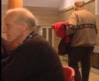 Bjørn Frang(th)forlot møte før Åsnes-laget vedtok utmelding.Tore Karlstad(tv)meldte seg også ut av NKP.(Foto:NRK)