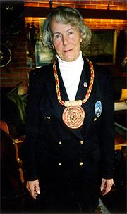 """Bjørg Schinrud med """"skipperkjede"""" som tegn på at hun er leder i Norsk Seilskuteklubb. Foto: Haakon Dirk Blaauw"""