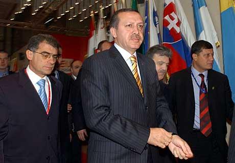 Forhandligene mellom EU og Tyrkia fortsetter i dag. Tyrkias statsminister Tayyip Erdogan fotografert på vei til forhandlingene. Foto: AP/ Scanpix.