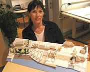 Sivilarkitekt Anne Cathrine Aga med modellen av Porsgrunn sentrum