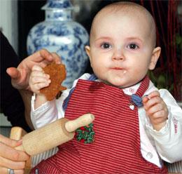 ALLER FØRSTE GANG: Lille prinsesse Ingrid Alexandra baker pepperkaker. (Foto: Knut Falch/Scanpix Pool)