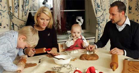 ENDELIG JUL: Familieidyll for den nybakte kronprinsfamilien. (Foto: Scanpix)