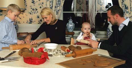 TYVSMAKING: Litt smaking på deigen innimellom hører også med til pepperkakebaking. (Foto: Scanpix)