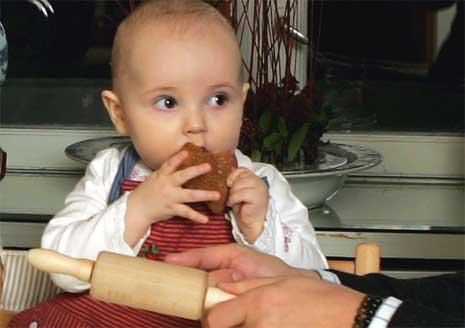 FIKK HJELP TIL Å KJEVLE: Den lille prinsessen hadde på seg forkle for anledningen. (Foto: Scanpix)