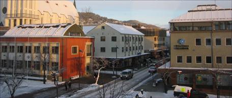 Sparebanken Møre og Romsdals Fellesbank ligger like overfor hverandre i Storgata i Molde. Foto: Gunnar Sandvik.