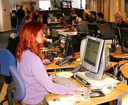Neste Dagsnytt er aldri mer enn en liten time unna. I Dagsnytt-redaksjonen er det alltid noen på jobb - døgnet rundt, året rundt. (Foto: Jon-Annar Fordal)